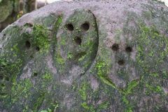 Une grande roche avec des trous Images stock