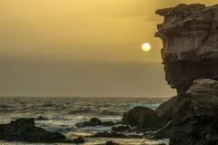 Une grande roche en mer Photo stock