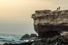 Une grande roche en mer Photographie stock libre de droits