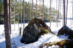 Une grande roche près d'un lac congelé image libre de droits