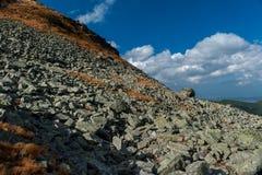 Une grande roche sur de petites roches Images libres de droits