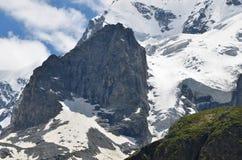 Une grande roche sur une montagne couverte de neige Images stock