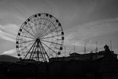 Une grande roue avec un bon nombre de cabines en parc d'attractions de Sotchi sur le fond du ciel Photo stock