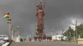 Une grande statue du Bouddha dans l'Inde banque de vidéos