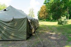 Une grande tente d'armée Installation des tentes images libres de droits