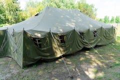 Une grande tente d'armée Installation des tentes photographie stock