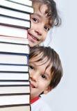 Une grande tour de beaucoup de livres verticaux Photo stock