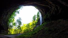 Une grandes caverne et cascade banque de vidéos
