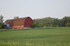 Une grange de vintage au coucher du soleil photo stock