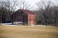 Une grange en hiver Image stock
