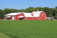 Une grange et d'autres bâtiments à une ferme de passe-temps Photos stock