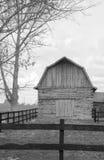 Une grange noire et blanche Photos stock