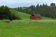 Une grange rouge et un vieux camion images libres de droits