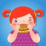 Une grosse fille mangeant l'hamburger délicieux Photographie stock libre de droits