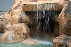 Une grotte artificielle avec une cascade à écriture ligne par ligne. Image libre de droits