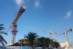 Une grue dans des travaux de construction - structure grande d'échafaudage de dessous - image photo libre de droits