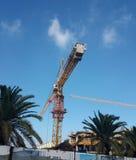 Une grue dans des travaux de construction - structure grande d'échafaudage d'image ci-dessous photos stock