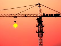 Une grue dans le coucher du soleil photographie stock