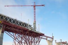 Une grue sur la construction de la section centrale du diamètre ultra-rapide occidental St Petersburg Photos stock
