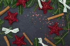 Une guirlande de Noël sur un fond concret noir Photos stock