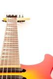 Une guitare électrique de six chaînes de caractères d'isolement sur un blanc Photo stock