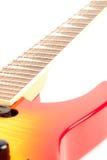 Une guitare électrique de six chaînes de caractères d'isolement sur un blanc Photos stock