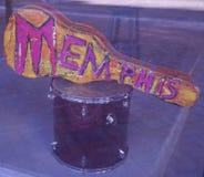 Une guitare avec Memphis là-dessus dans une fenêtre de boutique Images libres de droits