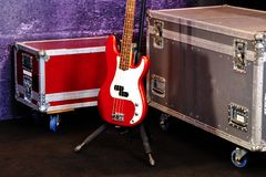 Une guitare basse rouge Photo libre de droits