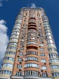Une haute construction urbaine, brique rouge, satellite Photos stock