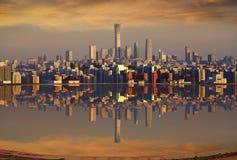 Une haute piscine de plancher avec la réflexion d'horizon de Pékin