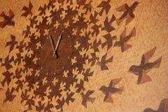 Une horloge avec le modèle d'oiseaux images stock