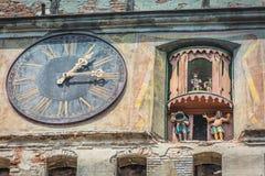 Une horloge centenaire avec des dessins animés Photos libres de droits
