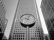 Une horloge dans B&W Images libres de droits