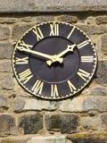 Une horloge de noir et d'or Photos stock