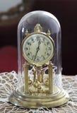 Une horloge de pendule de torsion, horloge d'anniversaire, ou horloge de jour 400 Image libre de droits