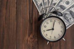 Une horloge et un argent de vintage sur un fond naturel d'arbre tim images libres de droits