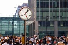 Une horloge publique dans la plaza de Reuters a emballé avec des personnes Image libre de droits