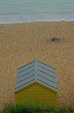 Une hutte de plage au bord de la mer Photos stock