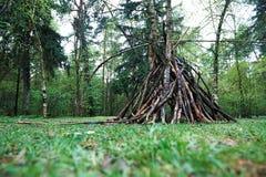 Une hutte des brindilles dans la nature de forêt, survie, les lois de la vie images libres de droits