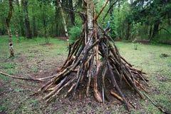 Une hutte des brindilles dans la nature de forêt, survie, les lois de la vie image libre de droits