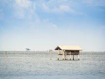 Une hutte sur la mer en tant qu'à la maison séjour Photos libres de droits