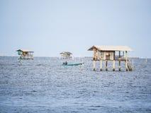 Une hutte sur la mer, il construction pour la protection du seashel agricole Photos libres de droits