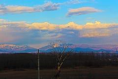 Une image 2 au sujet du complexe de Rupite, rendu fortement à partir de Kojuh au sud en mars 2019 image libre de droits