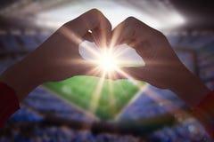 Une image composée de femme faisant la forme de coeur avec des mains Photo libre de droits
