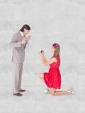 Une image composée de joli hippie sur le genou plié faisant une proposition de mariage à son ami Photographie stock libre de droits