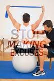 Une image composée de l'homme sur la boule de yoga fonctionnant avec un physiothérapeute Photos stock
