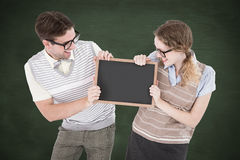 Une image composée des couples geeky de hippie tenant peu de tableau noir Photos libres de droits