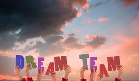 Une image composée des mains supportant l'équipe rêveuse Images libres de droits