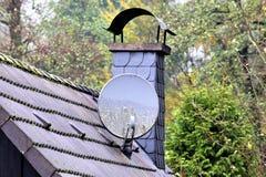 Une image d'une cheminée et d'un système satellite photo libre de droits