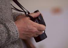 Une image d'une main masculine avec une caméra photo stock